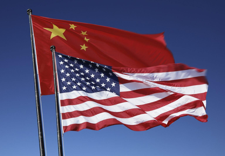 Государственные флаги США и Китая