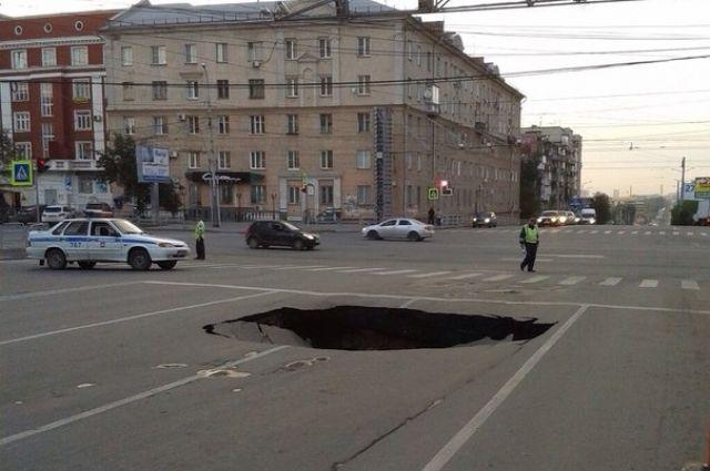 Провал асфальта в центре Челябинска