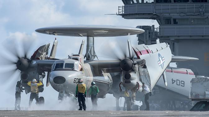 Самолет Grumman E-2 Hawkeye на палубе авианосца