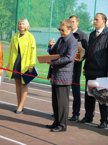 Депутат Госдумы Лев Ковпак вручает сертификат ДЮСТШ