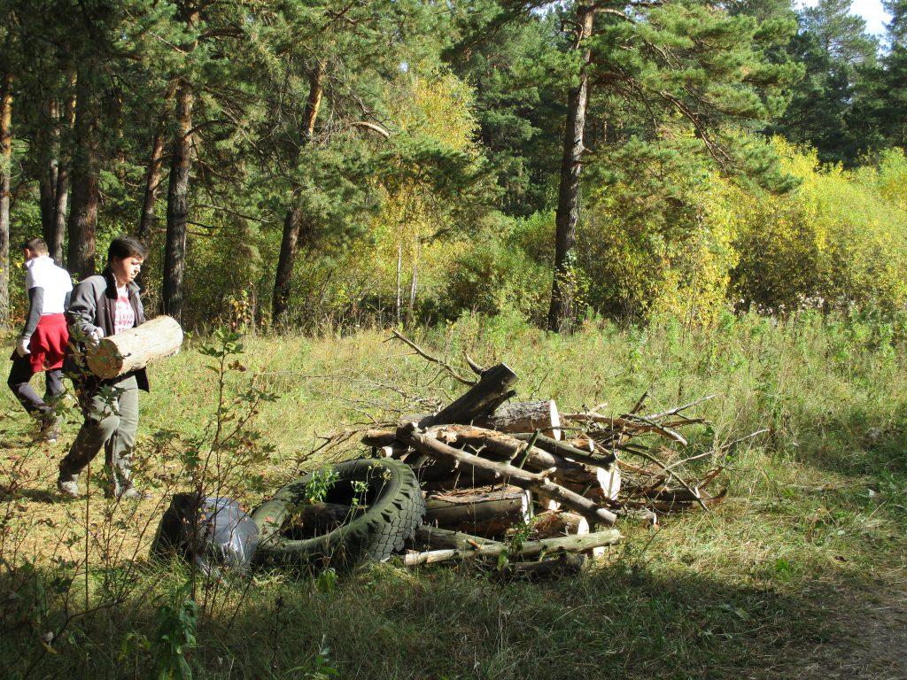 Кучи мусора в Разгуляевском лесопарке