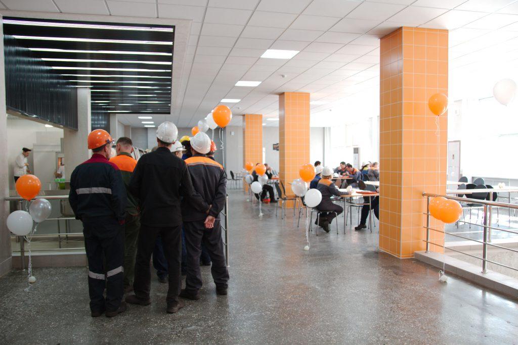 Рабочие цеха в новой столовой