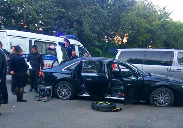В Екатеринбурге неизвестные обстреляли автомобиль Audi A8