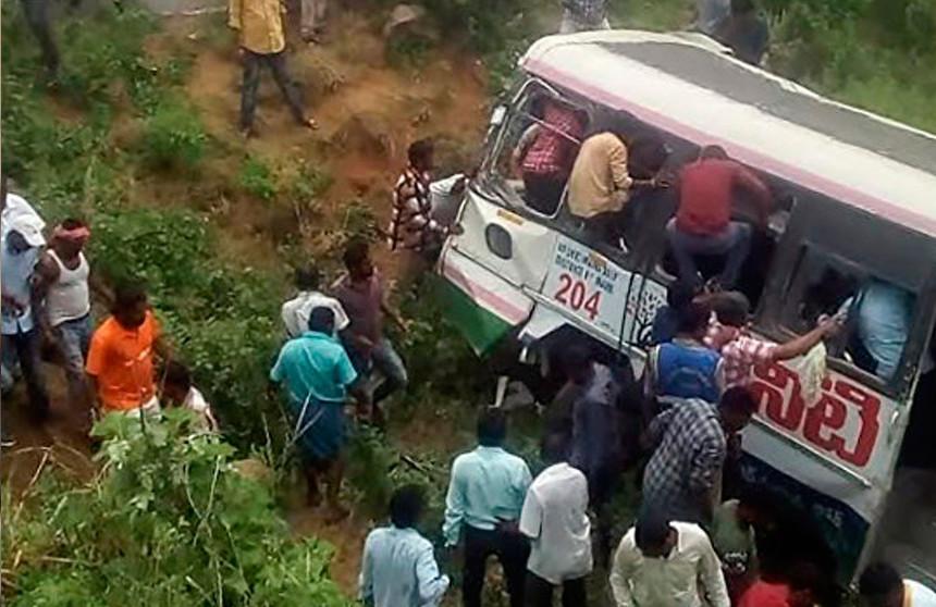 При падении автобуса в Индии погибли 43 человека