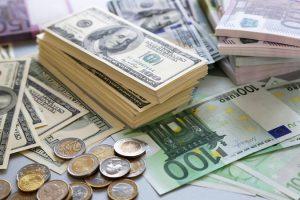 Центробанк снизил курс доллара и евро