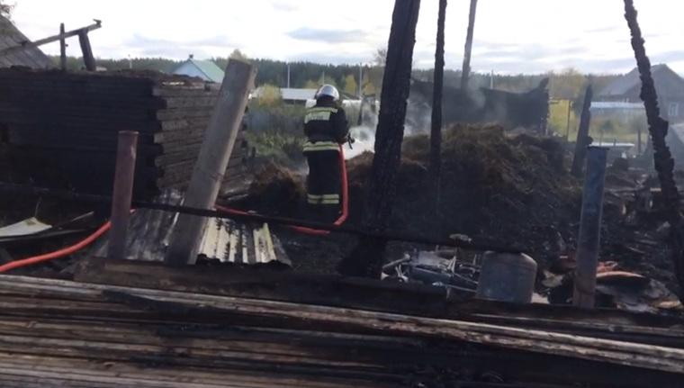 При пожаре в Ивделе пострадали семеро детей и одна женщина. Фото пресс-службы МЧС по Свердловской области