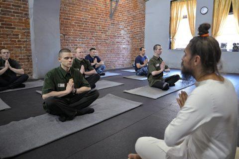 В московском СИЗО осужденные изучают йогу вместе с конвоирами