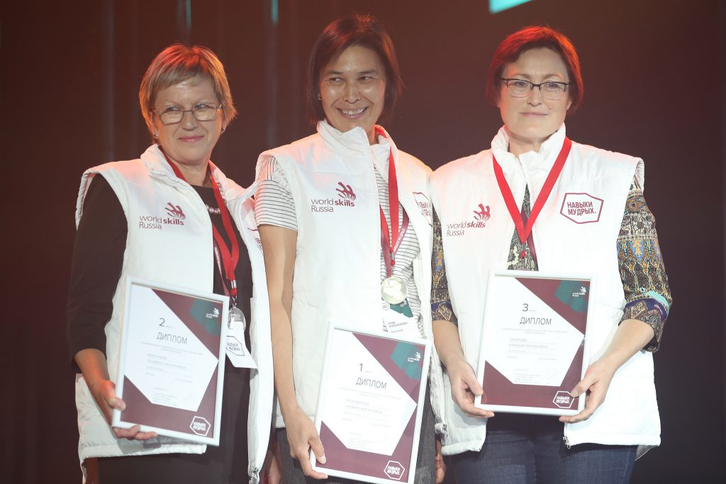 Елена Захарова на церемонии награждения (справа)