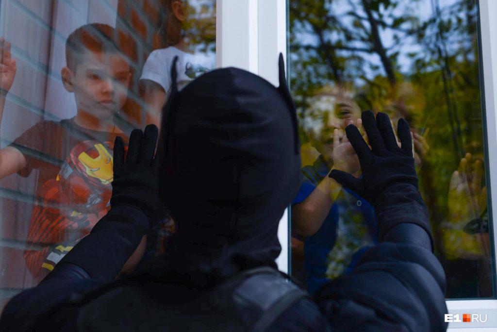 Дети приклеились к окнам. Фото портала Е1