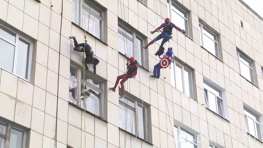 Супергерои спускаются с крыши больницы. Фото ИА Новый день