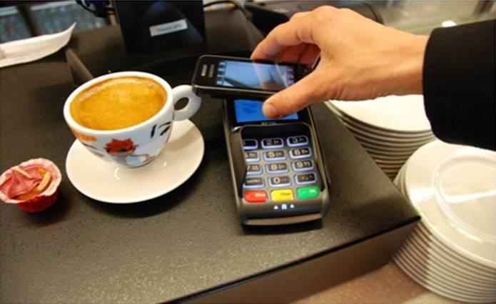 Россияне смогут снимать деньги в банкоматах с помощью смартфонов