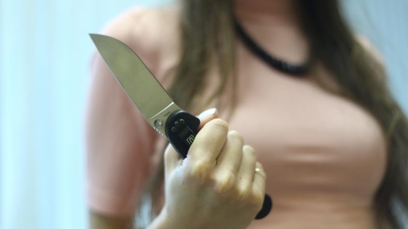 пырнула ножом