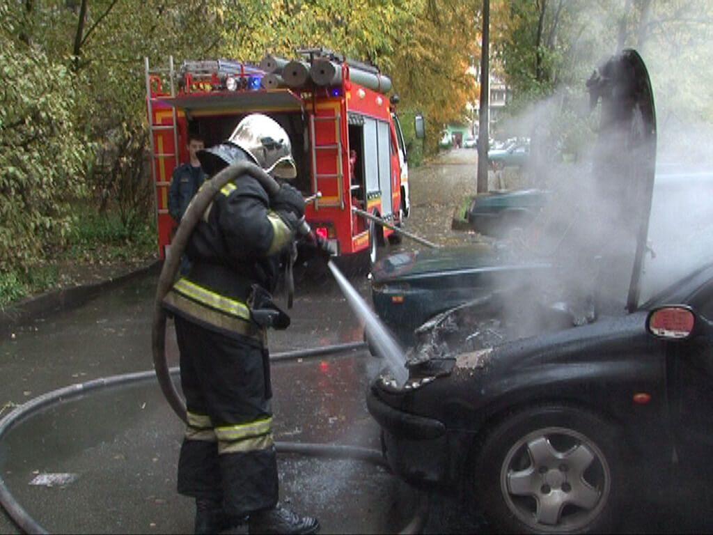 Тушение автомобиля. Фото из сети