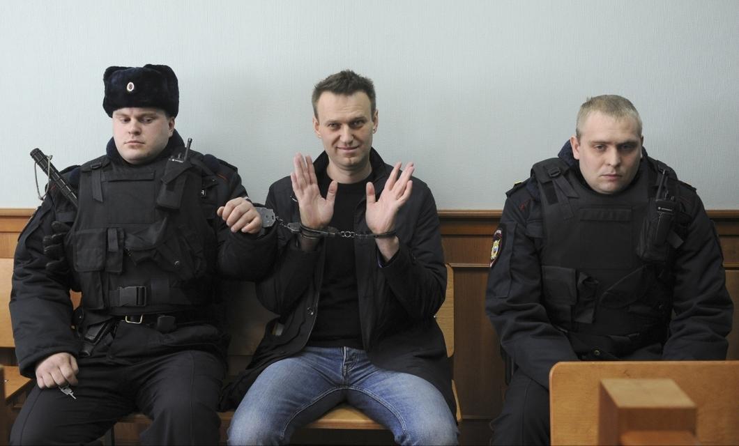 Навальный под конвоем