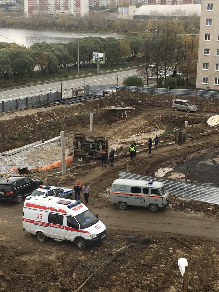 Экскаватор упал в яму. Фото Василий Токарев.