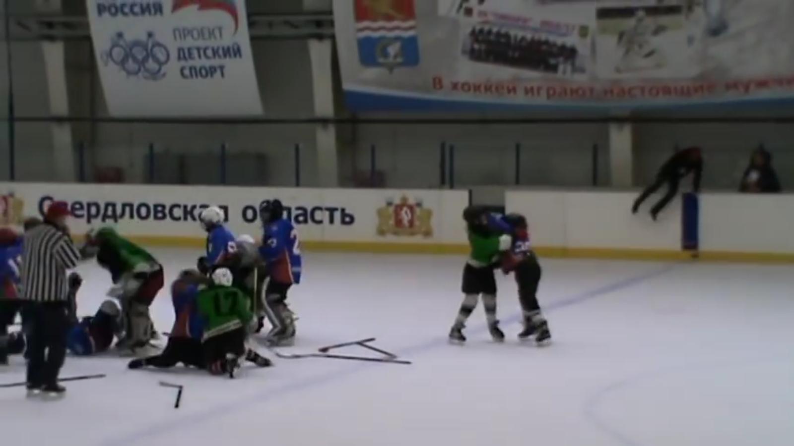 Хоккейный поединок в Каменске-Уральском закончился массовой дракой (видео)