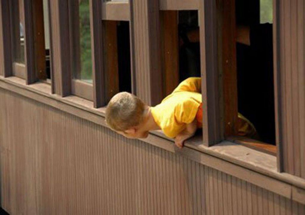 Ребенок выпал с балкона. Фото из сети