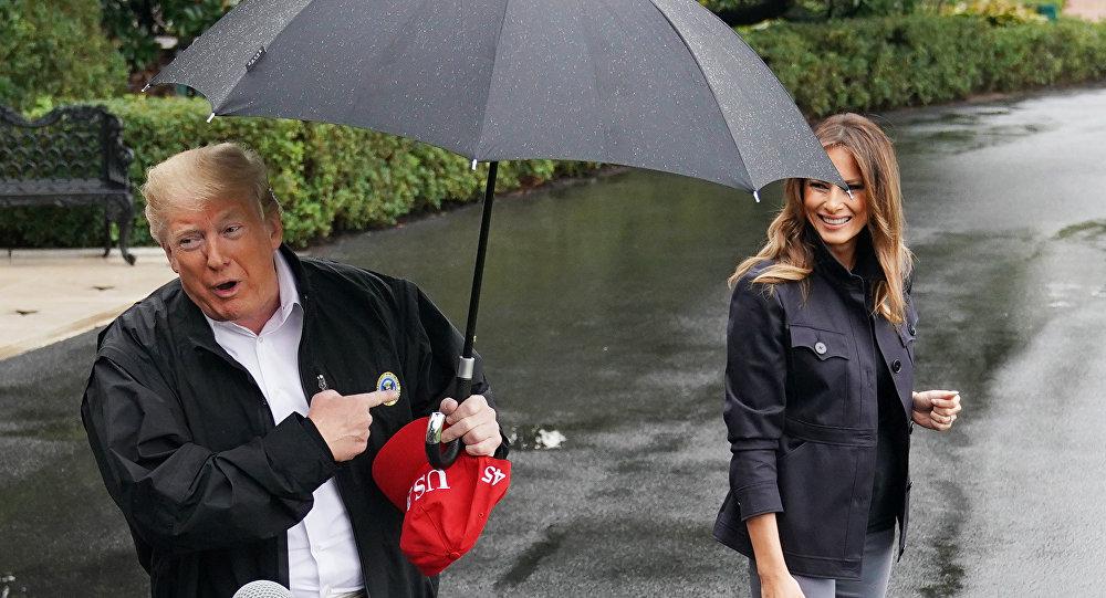 Дональд Трамп под зонтом