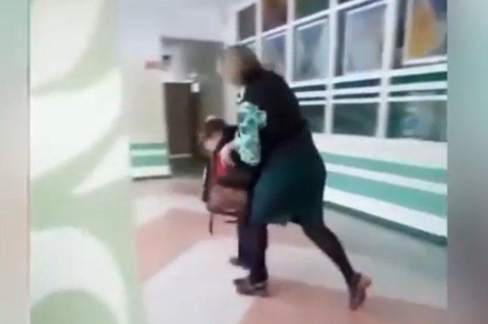 Учитель избивает ученика. Фото из соцсетей