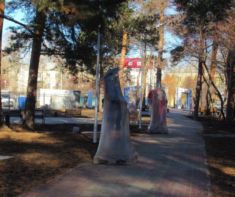 Герои городского парка. Фото Елены Шеремет.