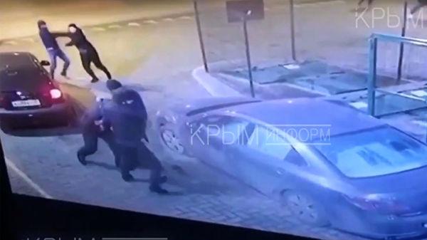 Стоп-кадр с видеозаписи драки в Симферополе