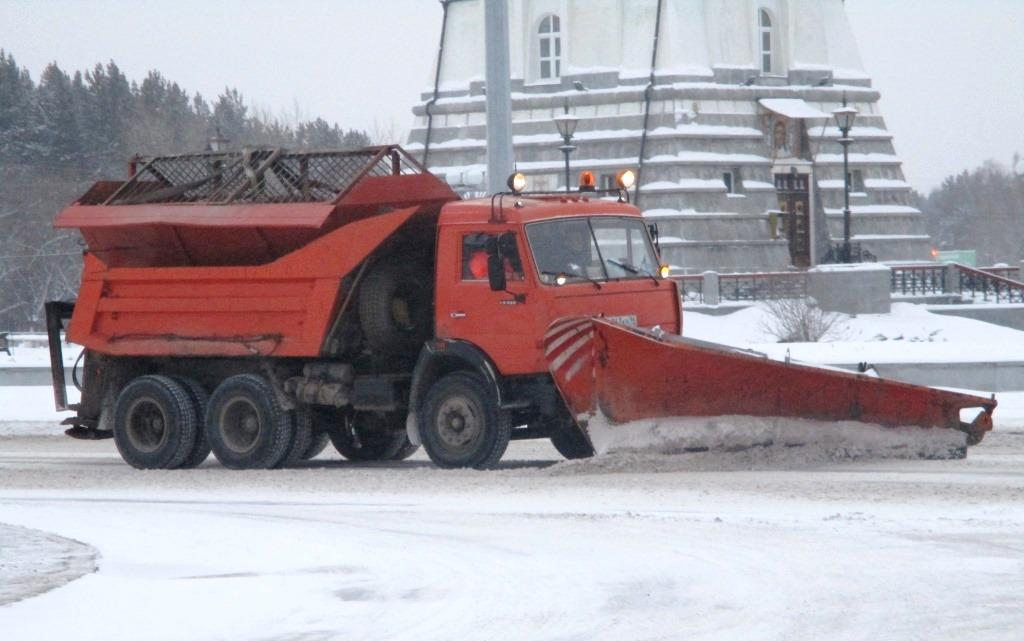 Уборка снега на улицах Каменска-Уральского