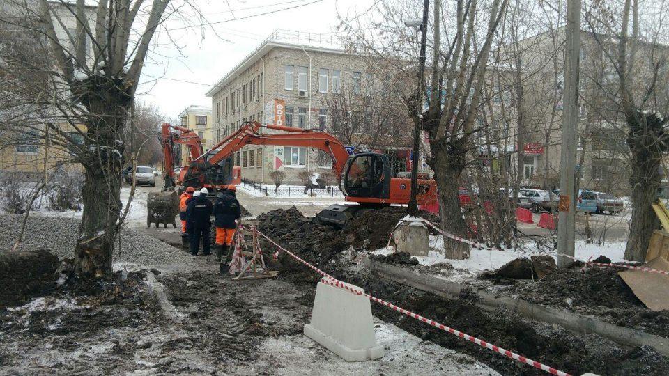 Замена трубы на новую на пересечении улиц Алюминиевая-Уральская