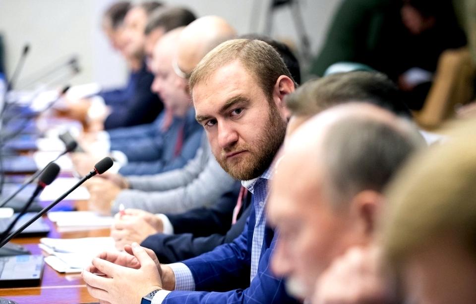 в зале заседаний задержали сенатора от Карачаево-Черкесии Рауфа Арашукова