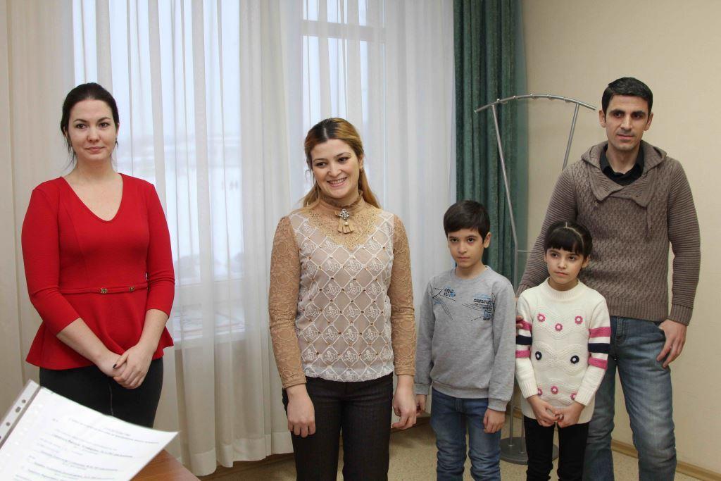 В Каменске-Уральском два молодых врача получили свидетельства на право приобретения жилья по муниципальной программ
