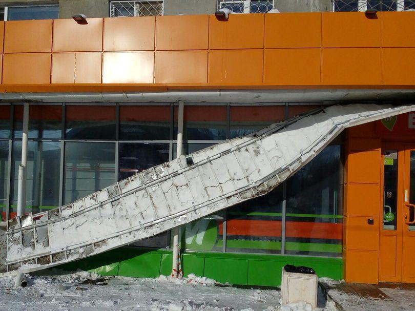 """В """"Монетке"""" на улице Каменская произошло частичное обрушение входной группы"""