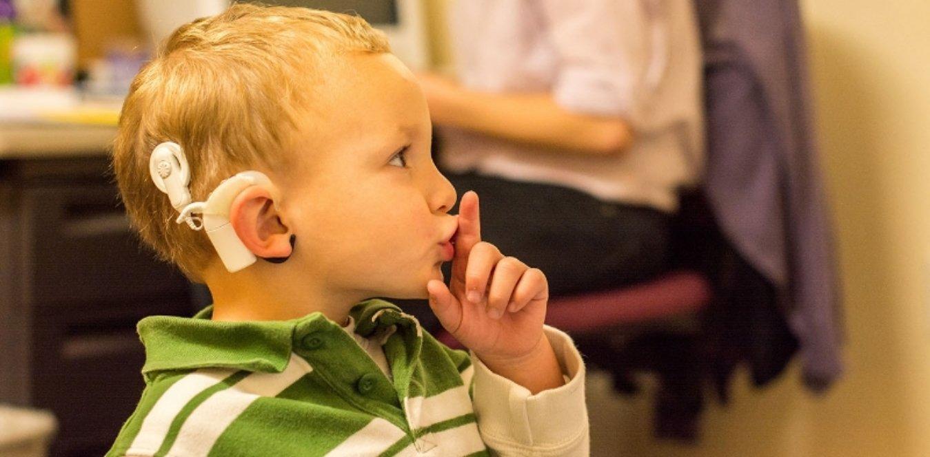 группу детей с нарушением слуха