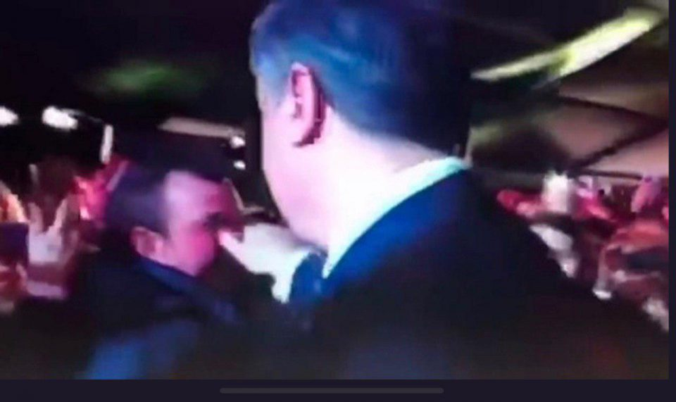 Порошенко дёргает мужчин за нос