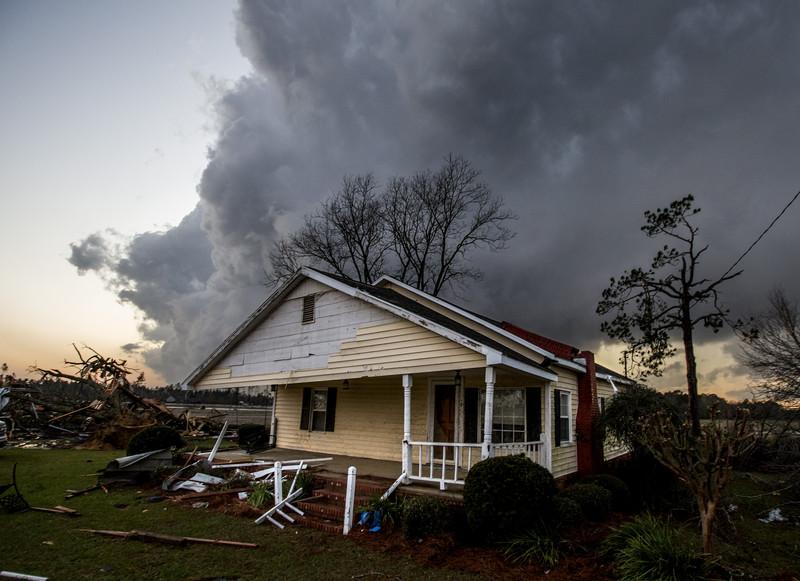 из-за торнадо погибли десятки человек