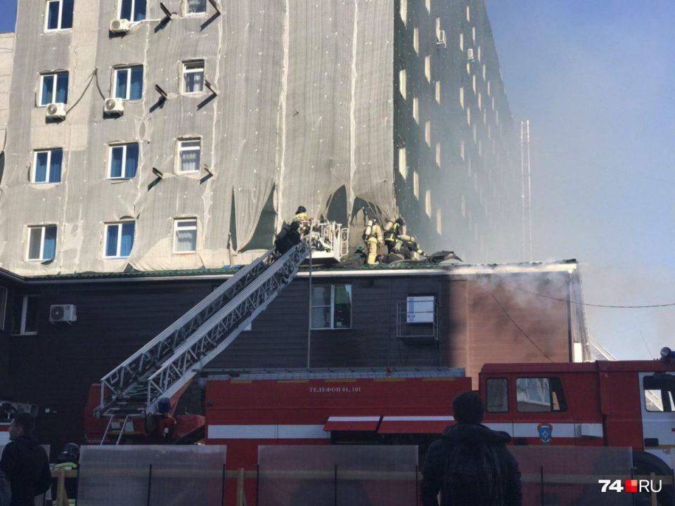 В Челябинске горит бизнес-центр Аврора