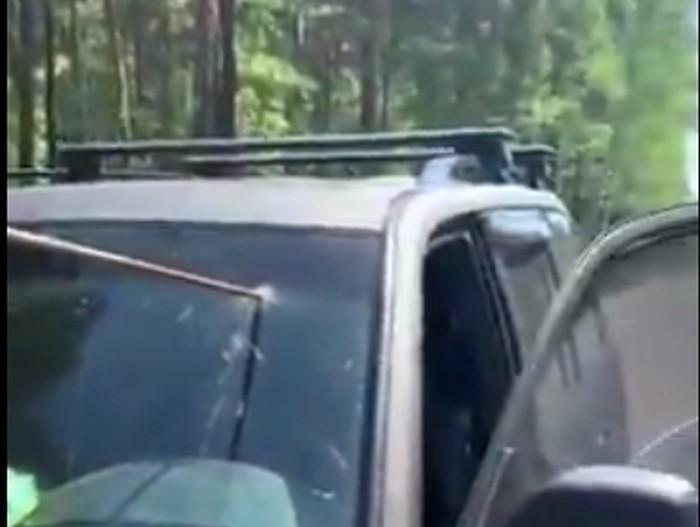Под Барнаулом водитель чудом остался жив после того, как арматура пробила его машину