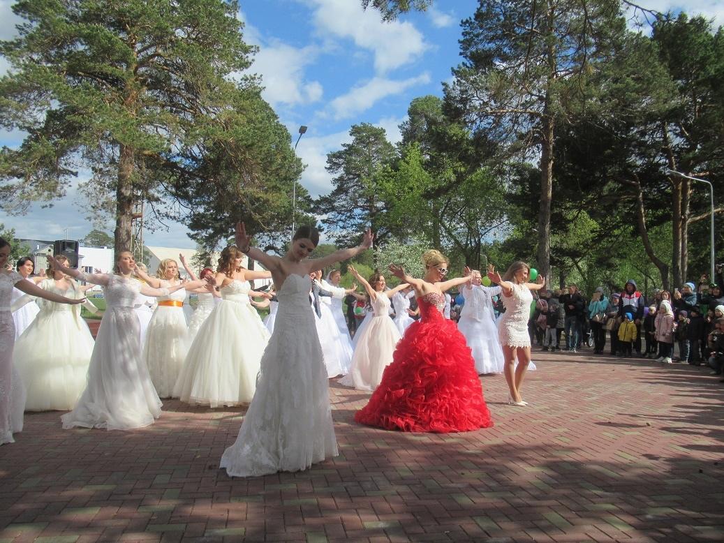 Парад невест прошел в Каменске-Уральском в пятый раз (видео)