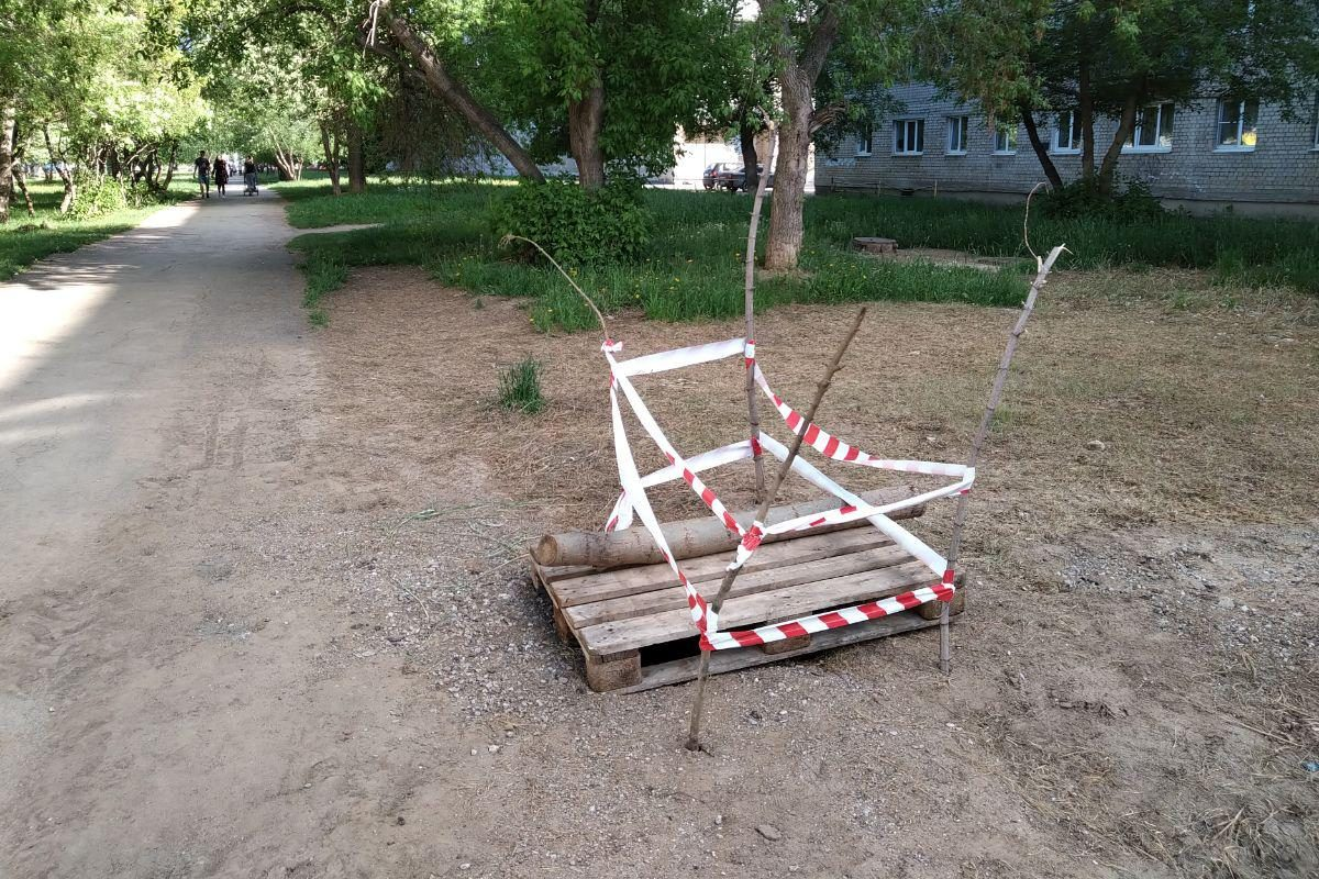 Провал в сквере по Тевосяна оперативно огорожен