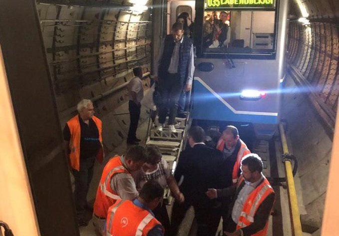 в московском метро застряли