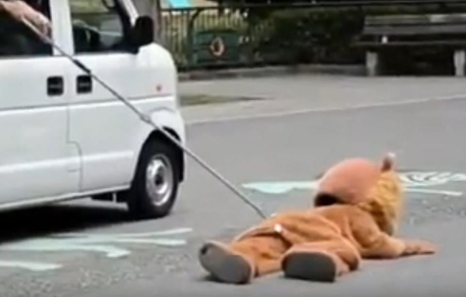 Охота на льва в японском зоопарке (смешное видео)