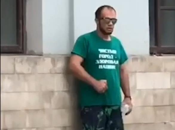 Мужчина угрожает поджечь себя у входа в Минстрой