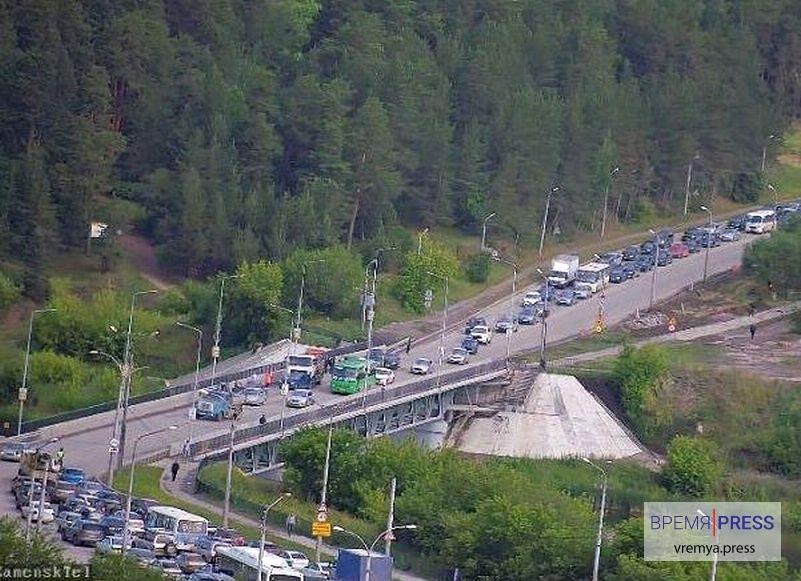 На Байновском мосту авария, огромные пробки в обе стороны