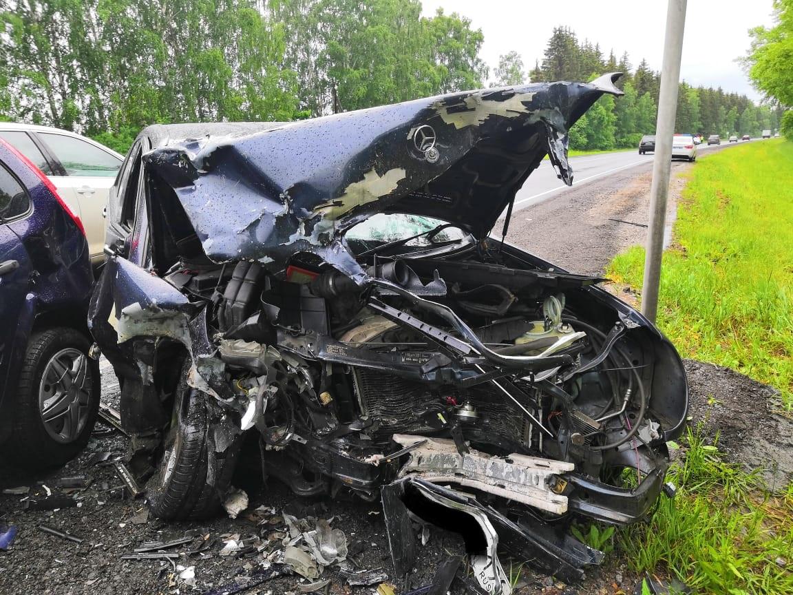 В Каменском районе столкнулись три автомобиля, мерседес