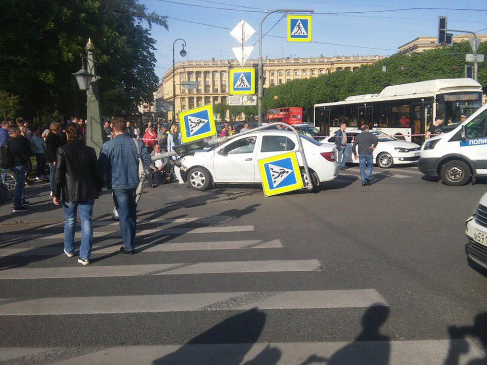 В Петербурге автомобиль влетел в толпу