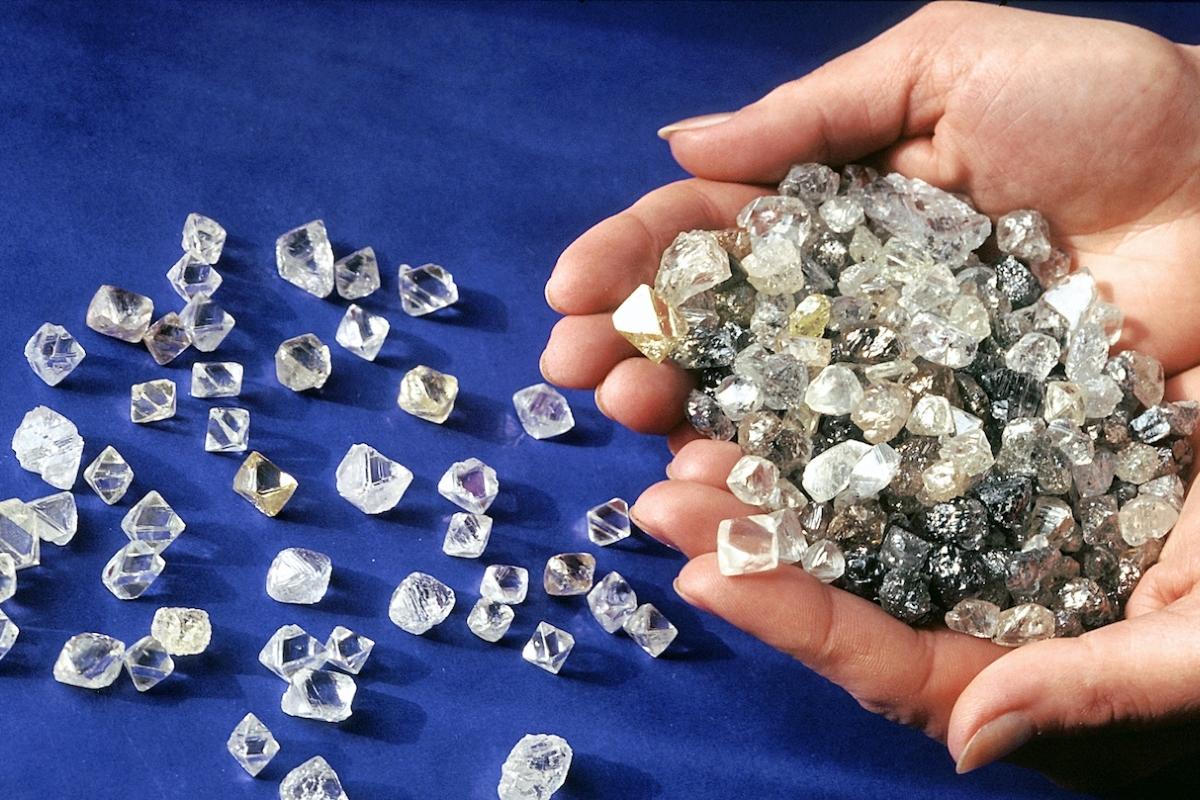 Сотрудницу АЛРОСЫ поймали при краже алмазов на 22 миллиона рублей (видео)