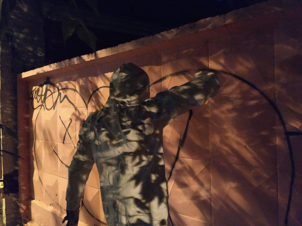 Арт-объект в виде уличного художника появился в Екатеринбурге