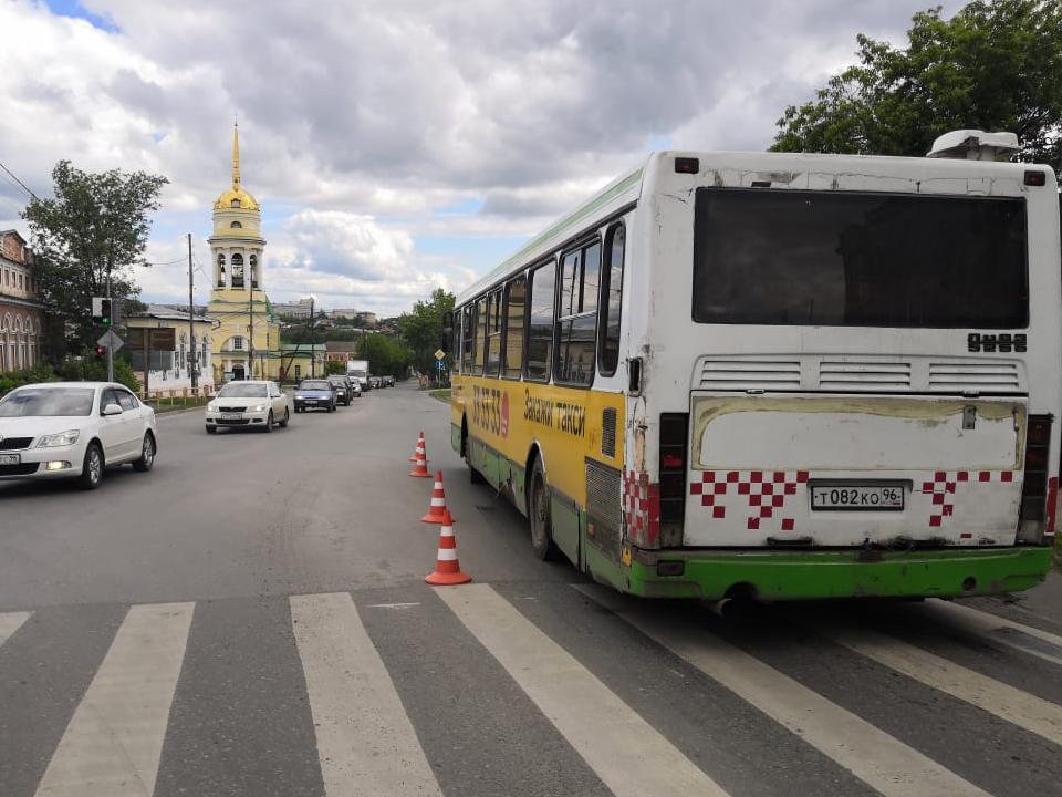Ребенок и двое взрослых получили травмы в автобусе в Каменске-Уральском