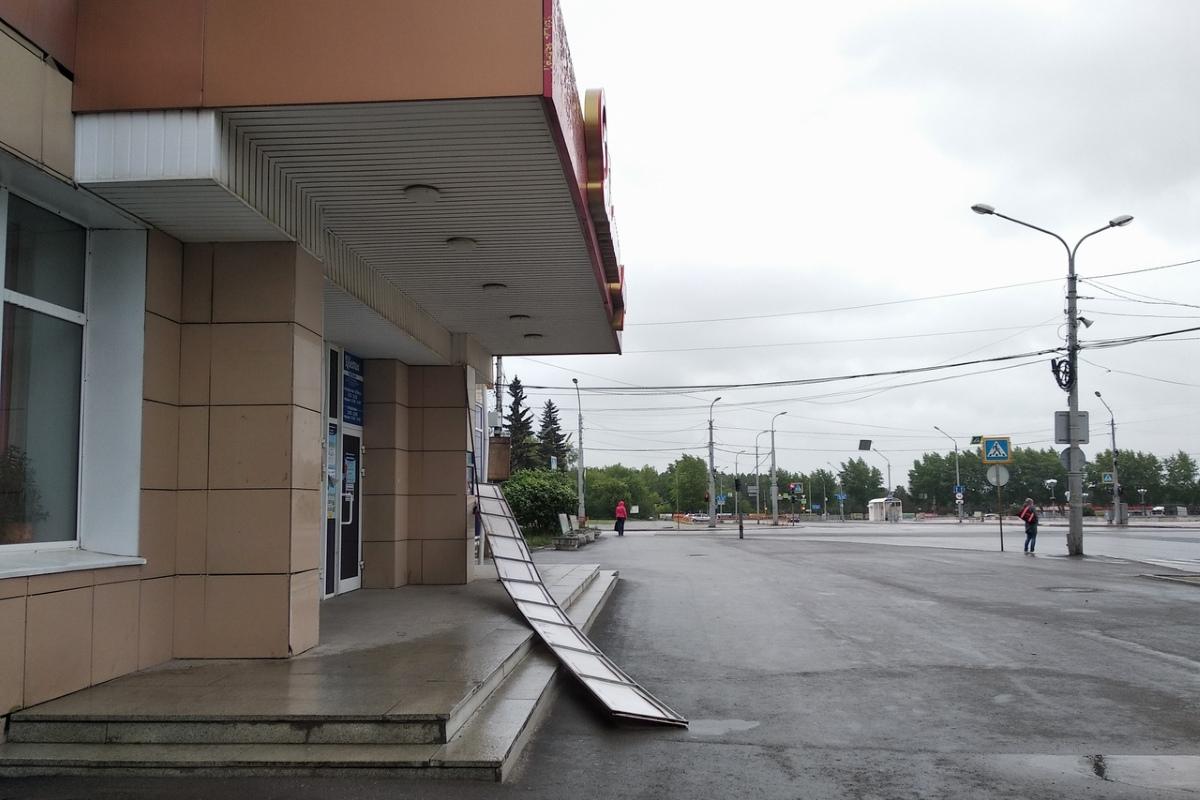 Ураганный ветер сносит вывески в Каменске-Уральском