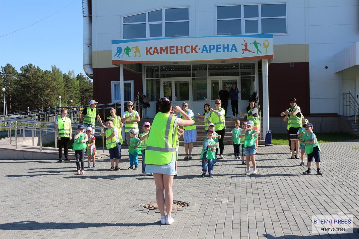 Детсадовцы Каменска-Уральского и ГИБДД провели акцию возле Каменск-Арены