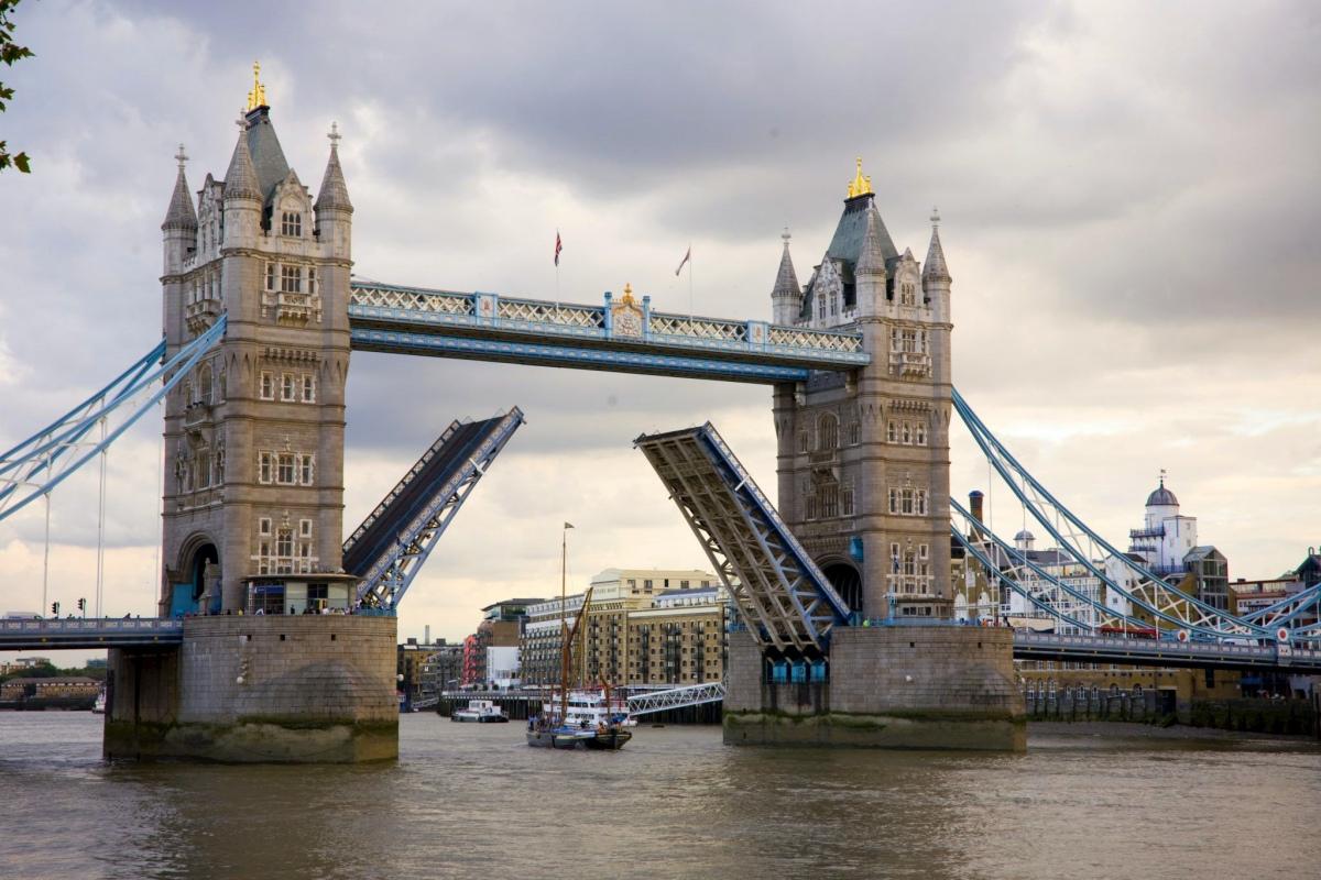 Житель Лондона забрался позагорать на Тауэрский мост