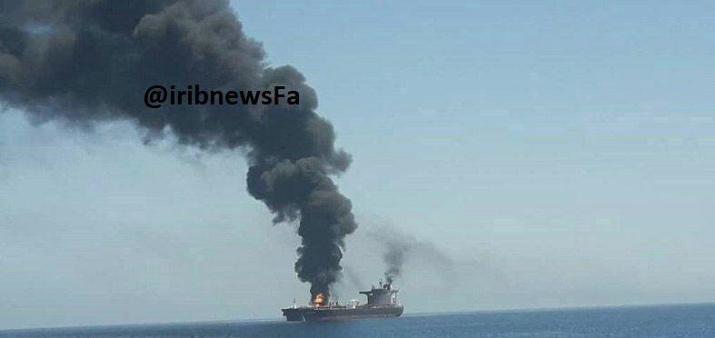 В Оманском заливе тонет нефтяной танкер